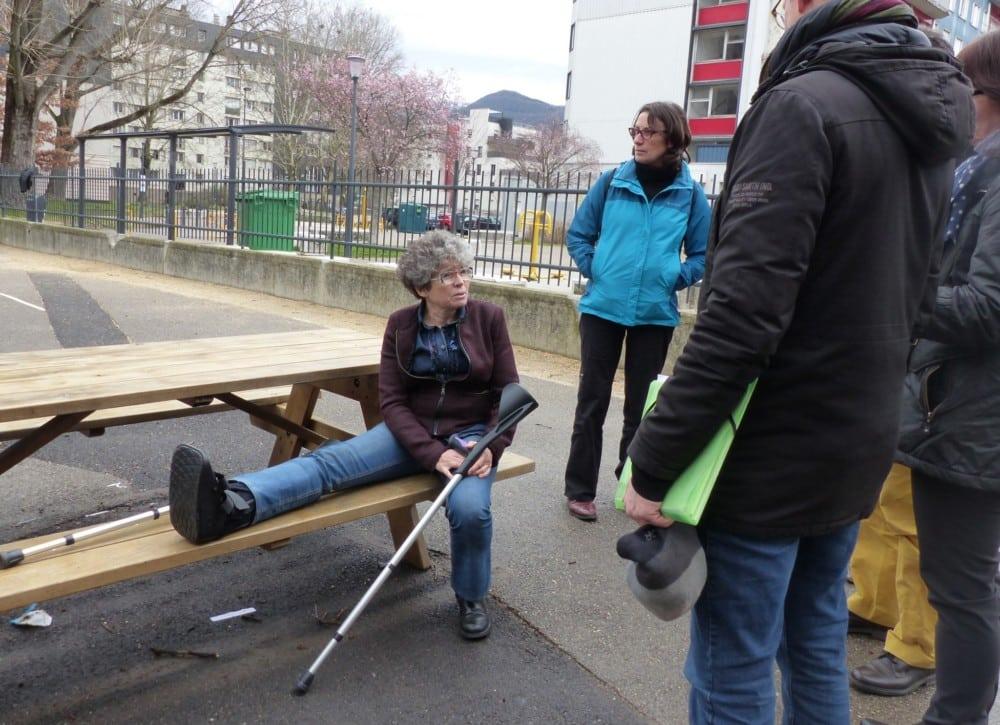 Dévouement d'une élue ? C'est avec un pied immobilisé et en béquilles que Christine Garnier est venue parler d'accessibilité à l'école Léon Jouhaux © Florent Mathieu - Place Gre'net