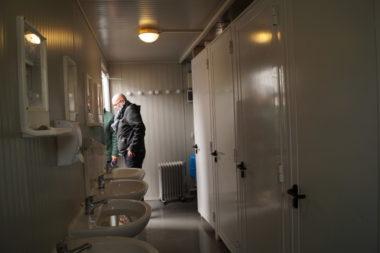Salle de bain et WC dans Agecos où sont logés des migrants, sur le Cours de la Libération, à Grenoble. © Léa Raymond - placegrenet.fr