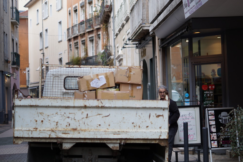 Camion de livraisons, déménagements. © Léa Raymond - placegrenet.fr