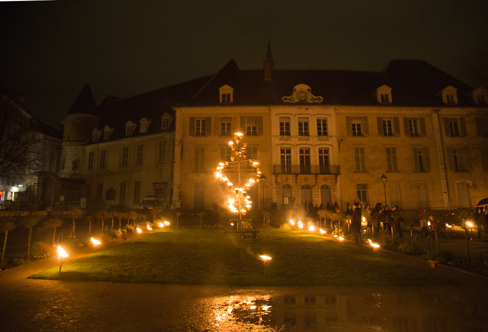 Les installation de feu réalisées par la compagnie Carabosse au centre ville de Grenoble ont clôturé la deuxième saison culturelle de Paysage-Paysages ce vendredi 16 mars. © Yuliya Ruzhechka - Place Gre'net