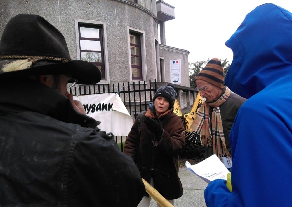 Marie-Pierre Répécaud de la Confédération Paysanne au rendez-vous devant la DDT © Florent Mathieu - Place Gre'net