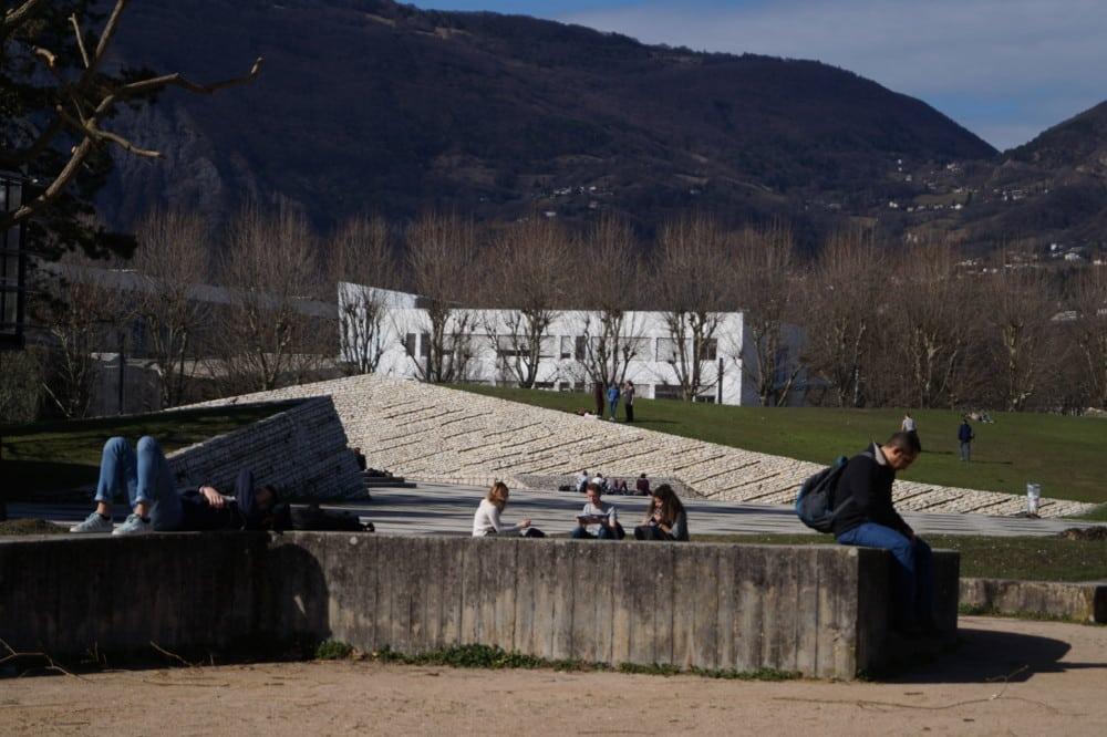 L'Université Grenoble-Alpes a lancé CitizenCampus, un programme qui ambitionne à mettre « les étudiants au cœur du débat public ». Une première en France.Des étudiants sur le campus de Grenoble. © Léa Raymond - placegrenet.fr