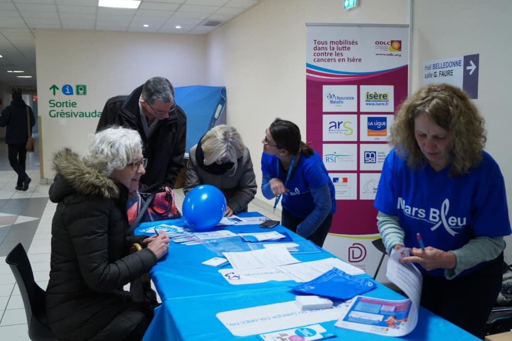 L'opération Mars Bleu dédiée au dépistage du cancer colorectal se poursuit au mois d'avril, avec des stands et des ateliers de sensibilisation.Un stand Mars Bleu au CHU de Grenoble, ici en 2018. © Léa Raymond - Place Gre'net