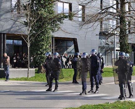 """Les manifestants au colloque """"Frontex"""" réclament que la lumière soit faite sur les responsabilités des uns et des autres. Et annoncent porter plainte."""