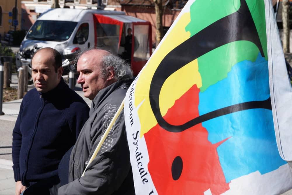 La FSU Isère appelle à un rassemblement de soutien devant le rectorat de Grenoble, suite au suicide d'une directrice d'école en Seine-Saint-Denis.Drapeau de la FSU © Léa Raymond - Place Gre'net