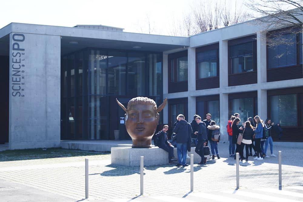 Οι επιστήμες Po Grenoble δεσμεύονται να κατέχουν ένα ανεξάρτητο κτίριο στην πανεπιστημιούπολη για τον Jean-Louis Gurmone © Leah Raymond - Τοποθεσία χειροβομβίδα