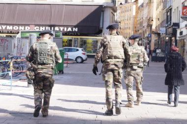Des sentinelles dans les rues de Grenoble. © Léa Raymond - placegrenet.fr