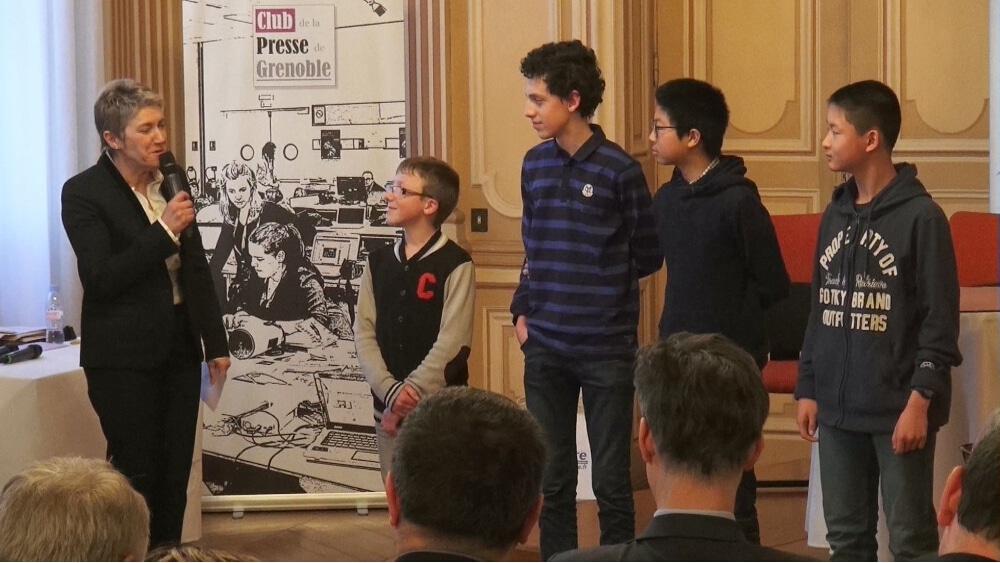 Le Club de la presse de Grenoble organise la troisième édition de son prix Journalisme et société, avec une ouverture aux étudiants de l'UGA.Les collégiens récompensés lors de la première édition du Club de la presse © Joël Kermabon - Place Gre'net