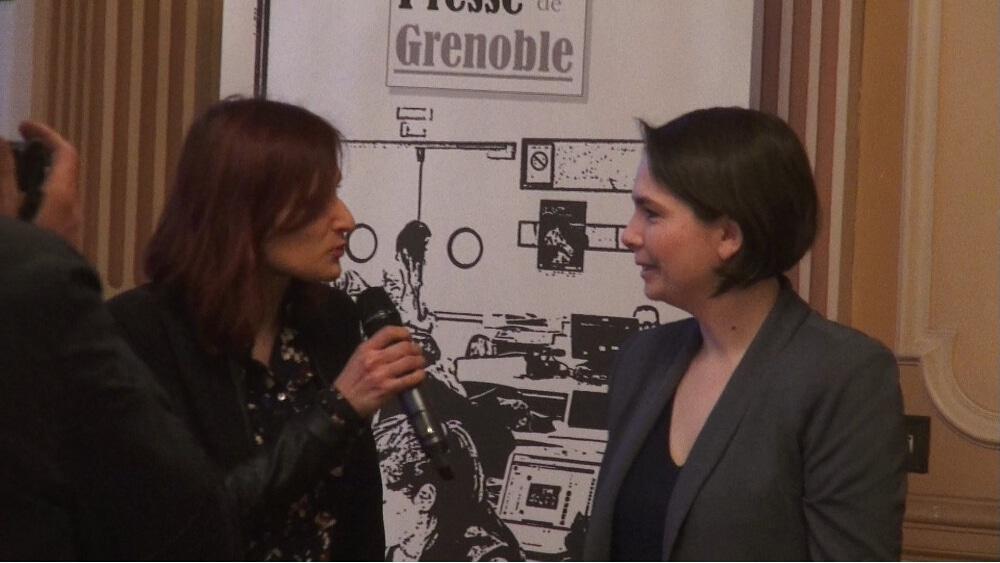 La présidente du Club de la presse Marie Lyan remet le Prix Journalisme et Société 2018 à Stéphanie Trouillard © Joël Kermabon - Place Gre'net