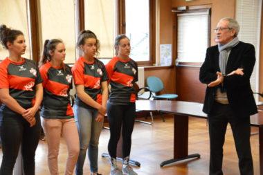 Yves Chenal, président du comité des Alpes de rugby avec quelques étudiantes sportives (rugby) de haut niveau. © Laurent Genin