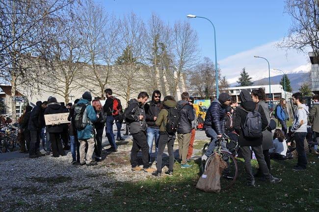 Ils étaient plus de cents, selon les militants, à se rassembler pour protester contre le colloque sur Frontex qui se déroulait sur le campus universitaire, ce jeudi 22 mars. © Giovanna Crippa- Place Gre'net