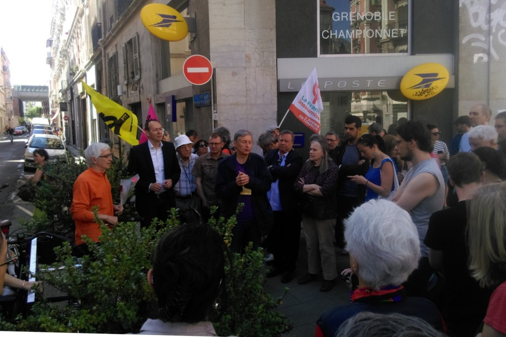 Rassemblement devant le bureau de Poste Championnet, le samedi 21 avril © Florent Mathieu - Place Gre'net