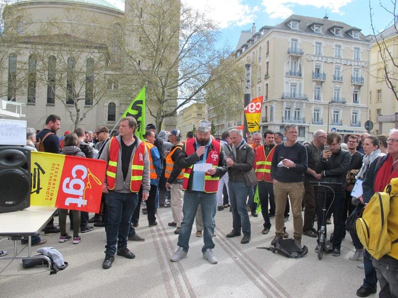 Une assemblée générale de cheminots sur le parvis de la gare de Grenoble en avril 2018 © Séverine Cattiaux- Place Gre'net