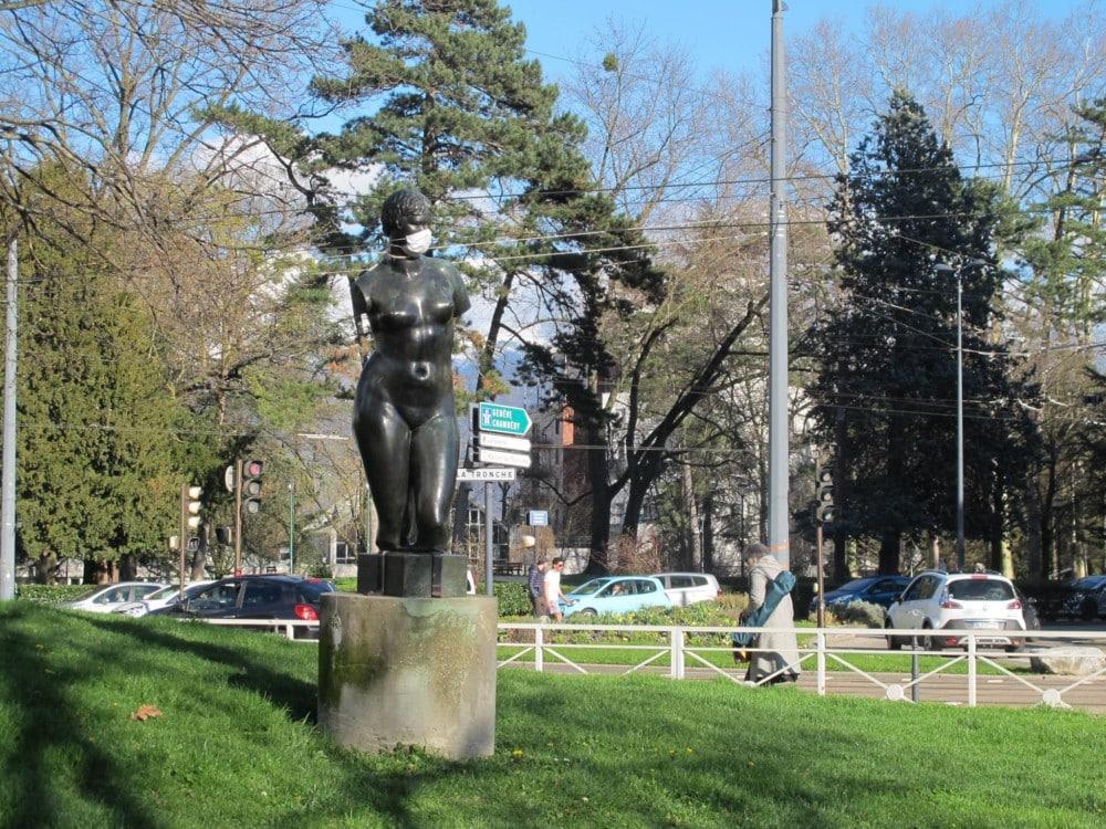 Des militants écologistes ont sillonné Grenoble samedi 31 mars et affublé les statues de la ville de masques pour alerter des dangers de la pollution.Statue parc Michallon © Séverine Cattiaux - Place Gre'net