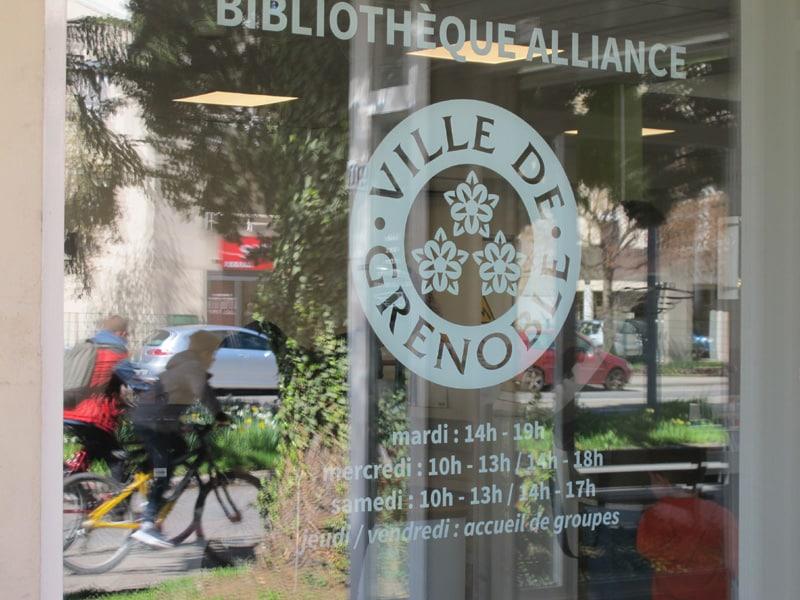 Bibliothèques de Grenoble : des comptoirs de prêt et retour. Entrée de la bibliothèque Alliance © Séverine Cattiaux - Place Gre'net