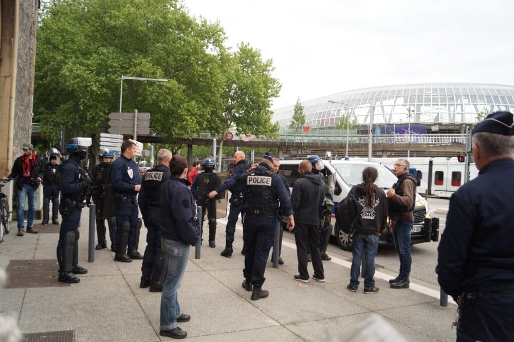 Les étudiants ont été fouillés par la police avant de rejoindre le rassemblement devant le rectorat. © Léa Raymond - Place Gre'net
