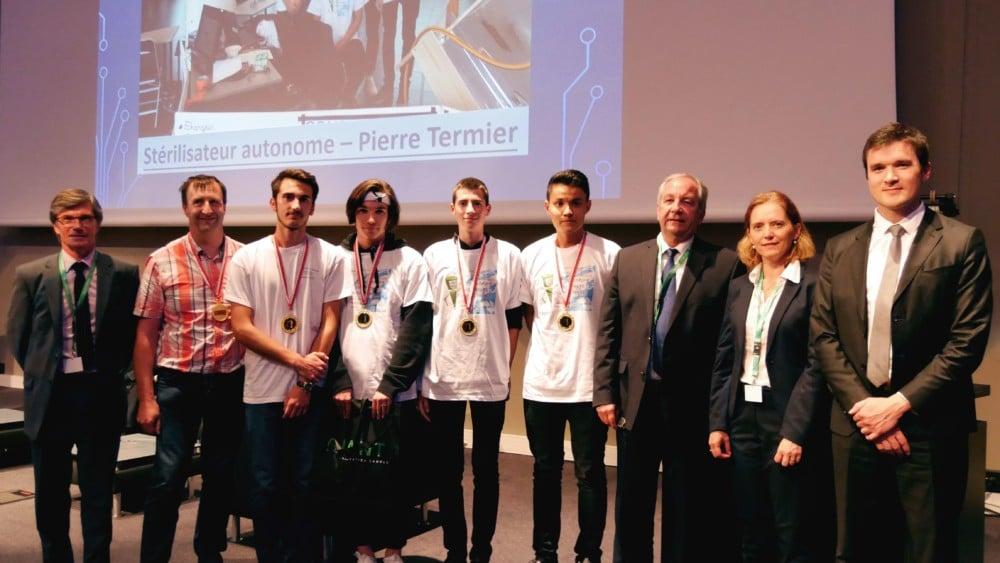 Sur scène, les lycéens de Pierre Termier à Grenoble reçoivent le premier prix de la demi-finale académique des Olympiades des Sciences de l'ingénieur 2018 © UPSTI