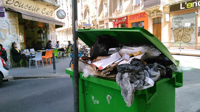 Quartier Championnet, une poubelle verte archi pleine. Crédit Place Gre'net