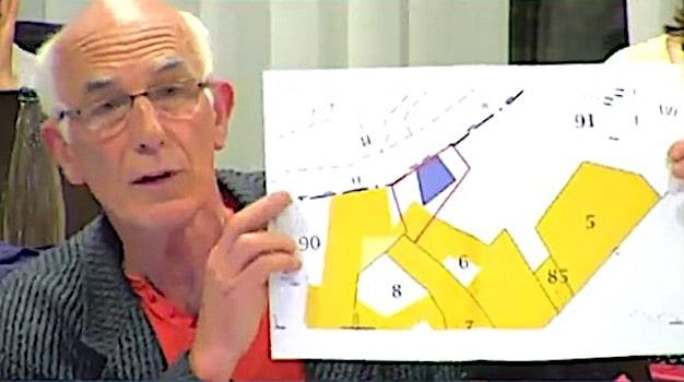Guy Tuscher, élu du groupe dissident Ensemble à gauche, dénonce la vente du terrain de 50 m2 durant le conseil municipal du 14 mai. (capture d'écran)