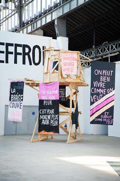Exposition Je marche donc nous sommes au Centre national d'art contemporain de Grenoble. Structure réalisée par l'artiste Pamina de Coulon. Crédit photo : CNAC.