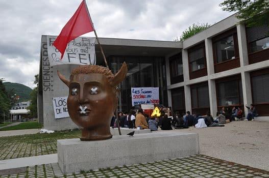 Bien que le nombre de militants commence à s'affaiblir, 200 étudiants de l'UGA ont voté la poursuite des blocages lors de l'assemblée générale du 30 avril.