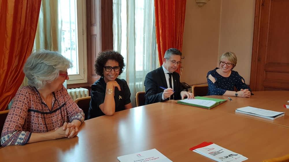 Christophe Ferrari signe une convention entre le CCAS de Pont-de-Claix et Parcours confiance Rhône Alpes pour le microcrédit social © Caisse d'épargne Rhône Alpes