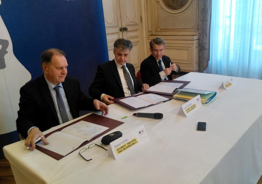 De gauche à droite, Daniel Vitte, Lionel Beffre et Emmanuel Barbe signent la charte de sécurité routière © Florent Mathieu - Place Gre'net