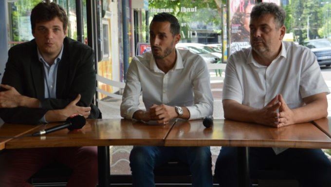 Etienne Capon et Christophe Janot, respectivement directeur général et responsable du développement de la Ligue nationale de handball (LNH), encadrent Sébastien Chabannes, président du Grenoble - Saint-Martin-d'Hères-Guc (GSMH-Guc) handball. © Laurent Genin