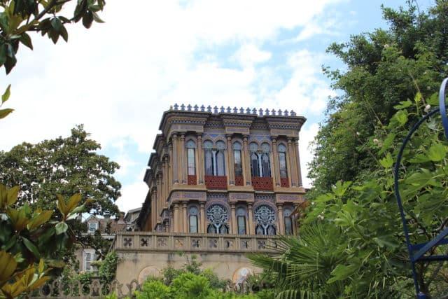 La Casamaures se distingue par son style oriental, au coeur du paysage des Alpes