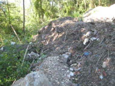 Accumulation de déchets sur le site de Lafleur, dans la commune de La Pierre. Crédit photo : commune de La Pierre.