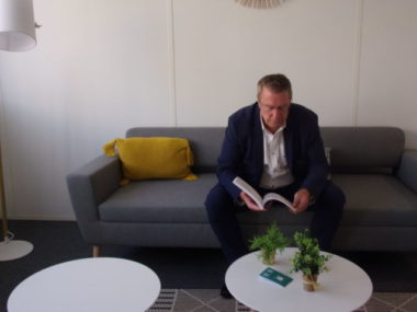 Christian Coigné, vice-président du Conseil départemental de l'Isère, installé dans un cocon au nouveau siège social de l'Opac38. Crédit photo : Samuel Ravier.