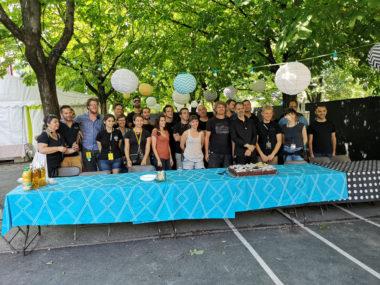 L'équipe du Cabaret frappé autour de son gâteau d'anniversaire. © Joël Kermabon - Place Gre'net