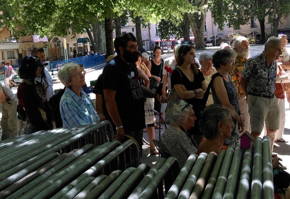 Respect d'une minute de silence en hommage aux disparus © Florent Mathieu - Place Gre'net