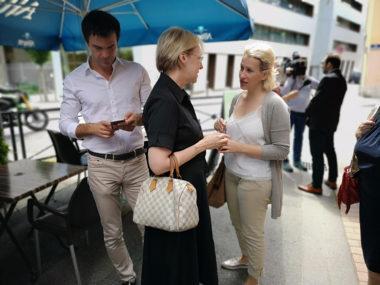 Émilie Chalas converse avec Catherine Kamowski. En retrait : Olivier Véran. © Joël Kermabon - Place Gre'net