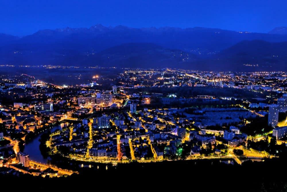 Grenoble de nuit depuis la Bastille. Photo prise en 2007, avant la réglementation sur l'éclairage nocturne. © Laurent Espitallier - Flickr