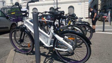 """Un service de 600 vélos en libre service et sans station a été lancé le 23 juillet à Grenoble et sur le campus par la société Indigo.La place Vaucanson est l'un des vingt """"hot spot"""" de la ville © Florian Espalieu - Place Gre'net"""