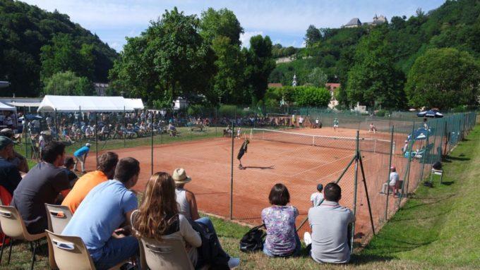 Les matchs se déroulent sur terre battue dans le parc d'Uriage. © Tennis Club Uriage