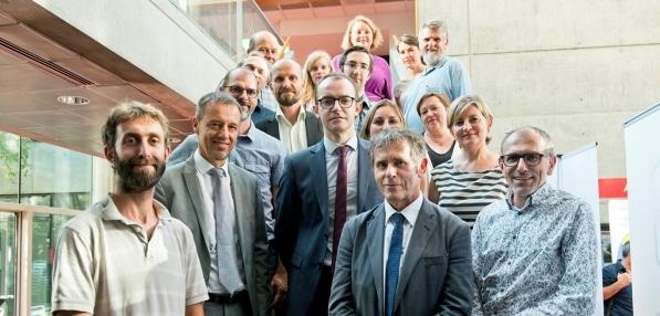 Benoit Hilbert, Directeur Général d'Air Liquide advanced Technologies et Patrick Lévy, Président de l'Université Grenoble Alpes et de la Fondation Université Grenoble Alpes, entourés des équipes d'Air Liquide advanced Technologies, de la Fondation UGA et du CSUG. Crédit : UGA