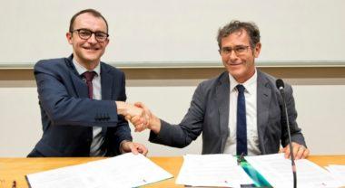 Signature des statuts de la Fondation UGA par Benoit Hilbert, Directeur Général d'Air Liquide advanced Technologies (à gauche) et Patrick Lévy, Président de l'Université Grenoble Alpes et de la Fondation Université Grenoble Alpes (à droite). Crédit : UGA