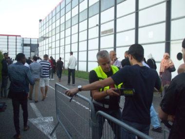 Le service de sécurité à l'entrée d'Alpexpo lors de la fête de l'Aïd al Adha © Florian Espalieu - Place Gre'net
