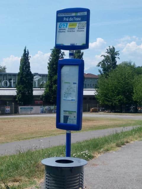 Au 27 juillet 2018, près de trois semaines après la suppression de la ligne, l'arrêt de bus Pré-de-l'eau de Montbonnot continue à afficher le sigle de la Citadine A © Gaëlle Charles