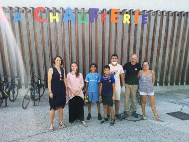 De gauche à droite : Maud Tavel, les quatre jeunes volontaires, Jean-Louis Cipri et une permanente de La Chaufferie. © Joël Kermabon - Place Gre'net
