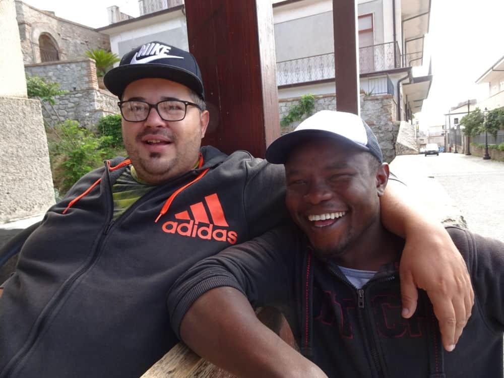 Après avoir suivi le « Chemin des migrants » de la Tunisie aux Alpes, le grenoblois André Weill revient en mots et en images sur son périple.Rencontres dans un bistro de Riace. © André Weill
