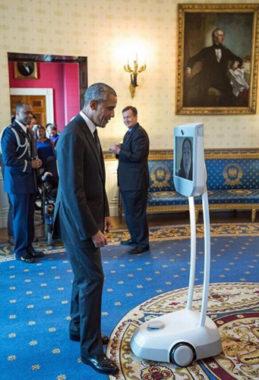 Alors président des Etats-Unis, Barack Obama communique avec le robot d'Awabot. Crédit Maison Blanche
