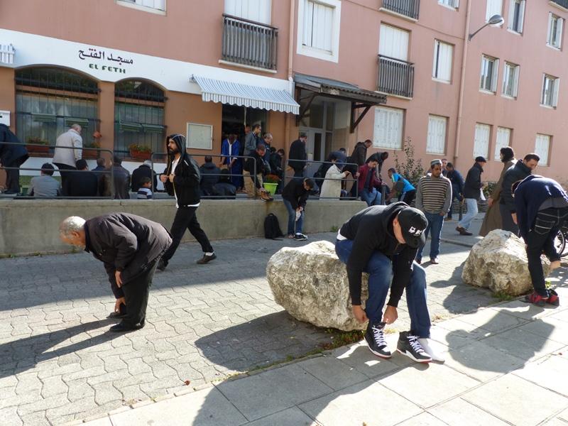 A l'extérieur de la salle de prière du quartier Très Cloitres. Une population qui ne vote pas ? © Séverine Cattiaux - Place Gre'net