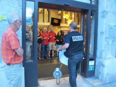 Intervention de la police lors de l'occupation d'une agence de Gaz Electricité Grenoble (GEG) par des militants du Droit au logement (Dal), en vue d'obtenir le rétablissement de l'électricité pour le squat de la rue Jay, ce vendredi 24 août 2018. © Séverine Cattiaux - Place Gre'net