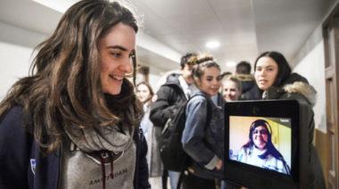 Lydie, lycéenne qui souffre d'asthme assiste au cours du lycée Carriat de Bourg-en-Bresse grâce au robot Awabot. DR