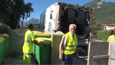 Ce lundi 27 août, Place Gre'net a pu suivre une tournée de collecte des déchets ménagers organisée par le Centre technique de Grenoble-Alpes MétropoleAu premier plan Georges Oudjaoudi. © Joël Kermabon - Place Gre'net