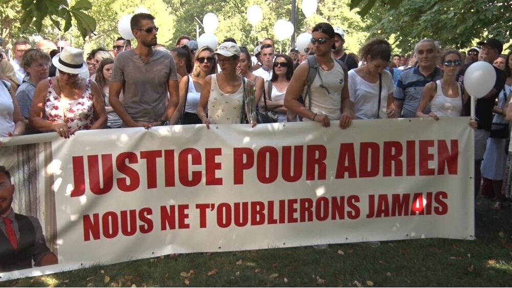 La marche blanche organisée à Grenoble en mémoire d'Adrien Perez a mobilisé un millier de personnes © Joël Kermabon - Place Gre'net