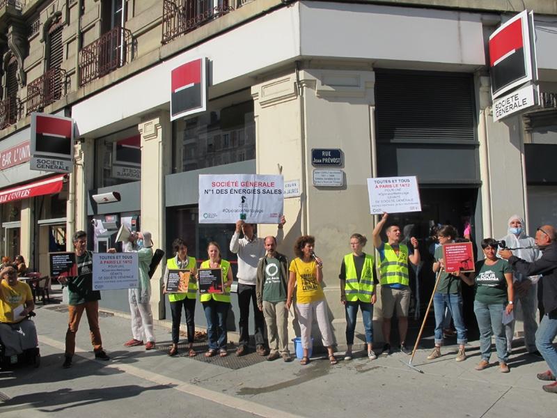 """Opération de """"nettoyage"""" de la banque Société Générale, le samedi 8 septembre 2018 à Grenoble © Séverine Cattiaux - Place Gre'net"""